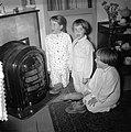 Kinderen met schoentjes zingen Sint Nicolaasliedjes, Bestanddeelnr 907-4721.jpg