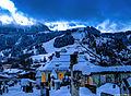 Kitzbühl, Tirol, im Hintergrund der Hahnenkamm (Streif) (11540575696).jpg