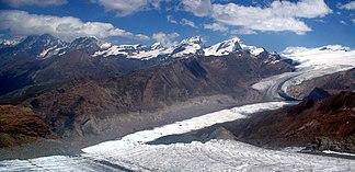 Gornergrat (in der Mitte des felsigen Rückens über dem Gornergletscher) vom Kleinen Matterhorn (Südwest), im Hintergrund die Mischabelgruppe, Alphubel, Allalin-, Rimpfisch- und Strahlhorn
