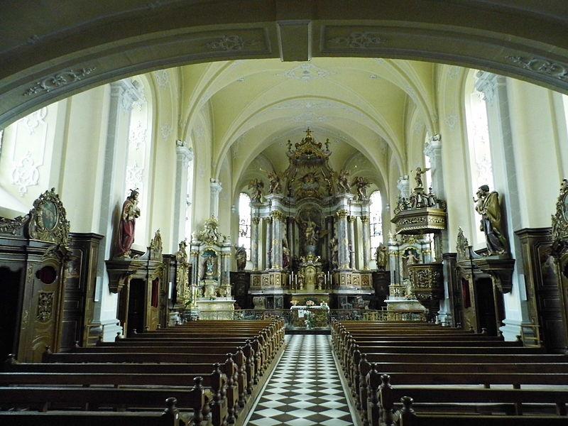 D'Kierch vu Käerch, vu bannen ënnert dem Duxall (Kiercheschëff an Chouer mat Altor)