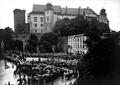 Kondukt pogrzebowy pod Wawelem; fot. niesygn., 28 czerwca 1927 r. Ze zbiorów Muzeum Historycznego Miasta Krakowa.png