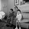 Koning Hussein met jongere familieleden, prins Hassan en prins Mohammad, in het , Bestanddeelnr 255-5067.jpg