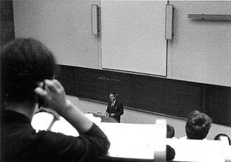 Adriaan Kortlandt - Adriaan Kortlandt, lecturing in 1966.