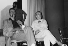 Мужчина и женщина сидят на стульях