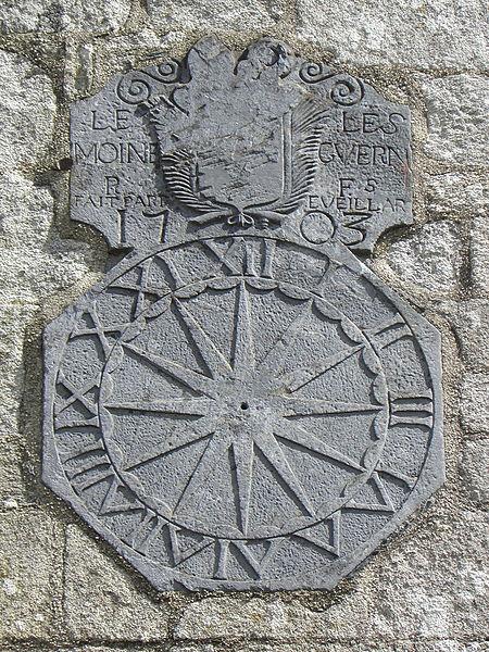 Cadran solaire ornant le transept méridional de l'église Saint-Pierre-et-Saint-Paul de Langonnet (56).
