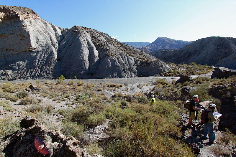 https://upload.wikimedia.org/wikipedia/commons/thumb/7/75/Looking_at_channelized_turbidites_in_the_field,_Andalucia_(6394542799).jpg/800px-Looking_at_channelized_turbidites_in_the_field,_Andalucia_(6394542799).jpg