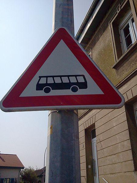 Verkéiersschëld A,29 aus dem Lëtzebuerger Code de la route dat uweist, datt ee bei e Busarrêt kënnt.