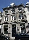 foto van Huis met gepleisterde lijstgevel, geleed door pilasters.