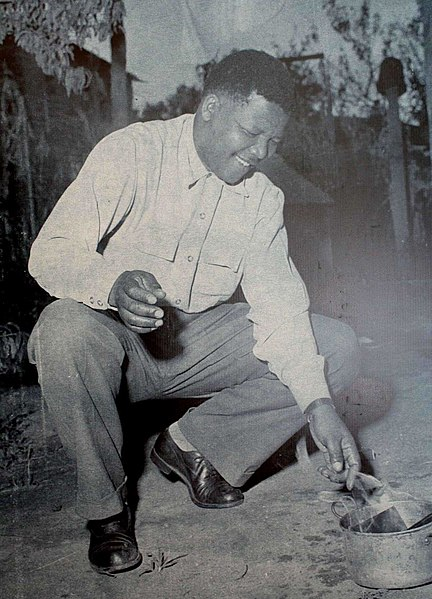 Mandela en 1960 quemando un permiso como símbolo de resistencia al Apartheid.