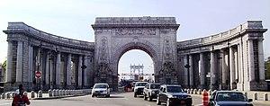 Manhattan Bridge - The triumphal arch and colonnade at the Manhattan entrance