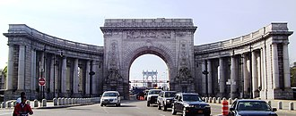 Manhattan Bridge - The triumphal arch and colonnade at the Manhattan entrance