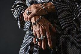 Manos masculinas con anillos y pulseras.jpg