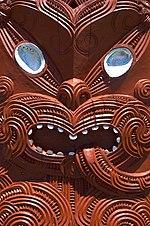 Una escultura maorí tallada en madera.
