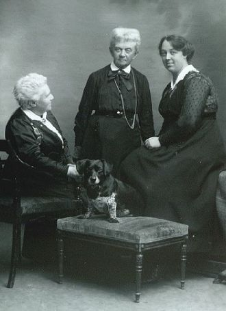 Marie Luplau - Marie Luplau and Emilie Mundt with their adopted daughter Carla Mundt Luplau (1915)