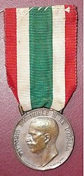 Medaglia commemorativa dell'Unità d'Italia 1848-1918 Ass. .. madri .. (recto).jpg