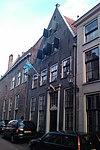 foto van Huis met zadeldak tussen twee tuitgevels