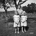 Mezgec Marija (Škrkovi) z otrokoma, Ostrovica 1955.jpg
