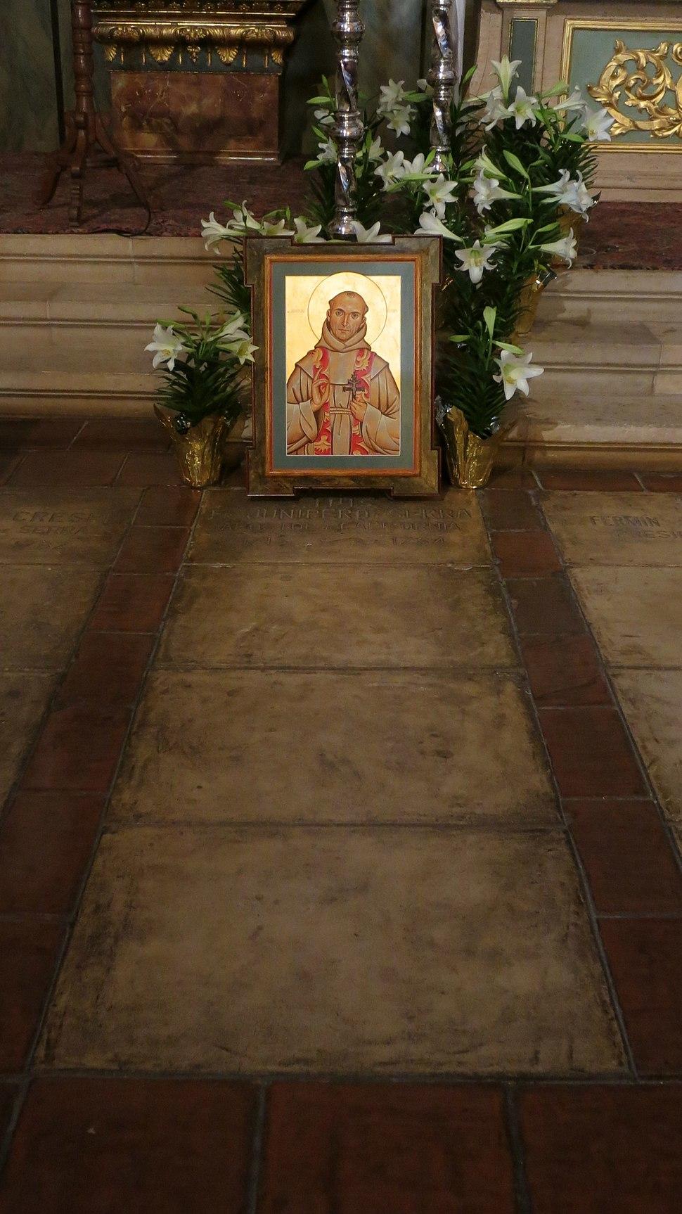 Mission San Carlos Borromeo de Carmelo (Carmel, CA) - basilica, interior, grave of Junipero Serra