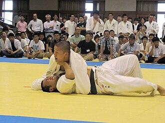 Kosen judo - Judoka applying kuzure-kesa-gatame at the Nanatei league in 2010.