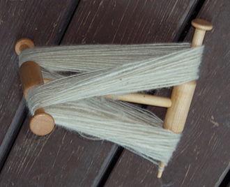 Niddy noddy - Niddy-noddy with skein of white wool