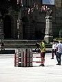 Offener Schacht zur unterirdischen Brunnenstube auf dem Platz der Alten Synagoge in Freiburg.jpg