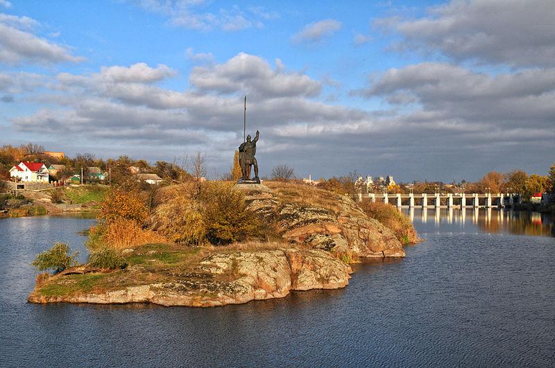 Острів Зелений в Корсуні на р. Рось, геологічна пам'ятка природи.  Фото: Сергій Криниця (Haidamac), ліцензія CC-BY-SA-3.0