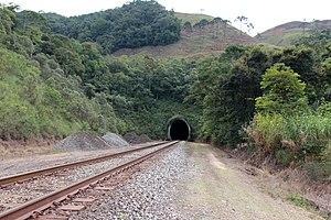 eaa09e5d0e6c2 Ferrovia do Aço, atualmente com via singela e sem eletrificação,  diferentemente do projeto original.