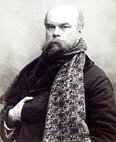 Paul Verlaine posant, cette écharpe enroulée autour du cou.