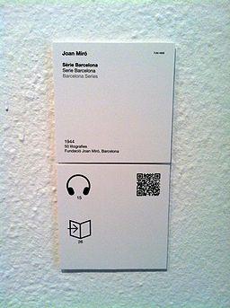 Die Fundació Miró macht's vor: Infotafeln mit integrierten QR-Codes.