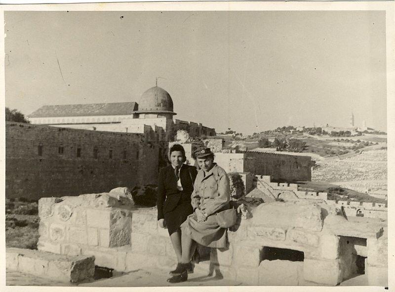 חיילת בבריגדה בירושלים המנדטורית