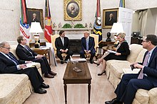 DeSantis e Trump sentados adjacentes no Salão Oval
