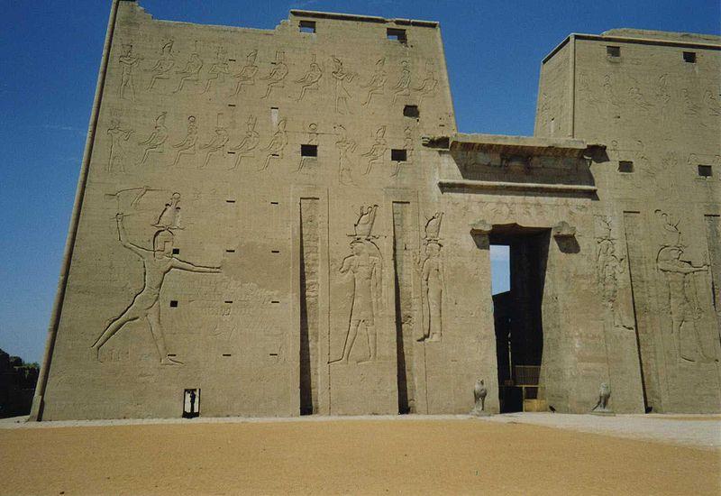 Fájl:Pylon Horus Temple Edfu.jpg