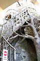 Rocchetta mattei, cortiletto della scalinata alla cappella 05.jpg