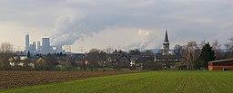 Ansicht von Rommerskirchen / Deutschland; Kraftwerk Neurath im Hintergrund.