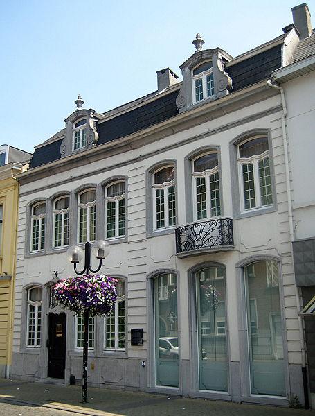 Deze twee herenhuizen staan aan de Roomstraat in Lokeren. Het nr. 40 (links) dateert uit de tweede helft van de 18de eeuw en werd in 1998 beschermd als monument. Het nr. 42 (rechts) dateert uit de eerste helft van de 19de eeuw, maar werd later ingrijpend verbouwd. Tussen 1889 en 1904 werd dit huis bewoond door steenkoolhandelaar en kunstverzamelaar Gustave Maes.