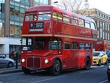 """""""Двухпалубные """"автобусы  """"Рутмастер """"с открытой площадкой на корме колесили по улицам Лондона с 1959 по 2005 год."""