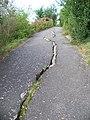 Roztylský val, trhlina v chodníku, do kopce.jpg