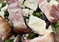 Salade de petits pois, poitrine fumée au bois de hêtre, fêta, et oignons rouges.jpg