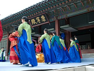 women waiting on the king and other royalty in traditional Korean society