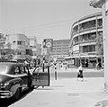 Straatbeeld en een taxistandplaats, Bestanddeelnr 255-1762.jpg