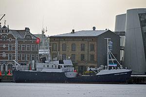 Stralsund, PROFESSOR ALBRECHT PENCK vor dem Ozeaneum (2012-02-05), by Klugschnacker in Wikipedia.jpg