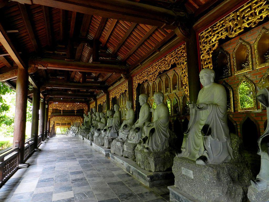 Long couloir des 500 statues de Arhat dans des poses différentes. Photo de Guerinf.