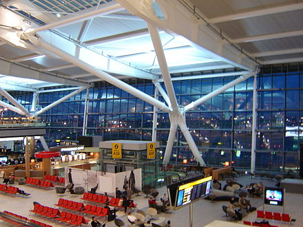 Heathrow (na foto o Terminal 5) é o aeroporto mais movimentado do mundo em tráfego internacional.[177] [178] - Londres