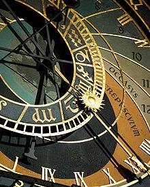 Un gros plan sur une horloge complexe, à plusieurs cadrans et aiguilles et de grandes dimensions.
