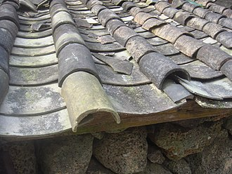 Imbrex and tegula - Image: Tiled imbrex and tegula roof in Hainan 02