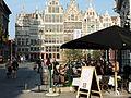 Toeristen op de Antwerpse Grote Markt.jpg
