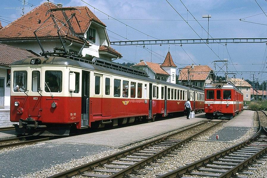 Photo: Trams aux Fils.  Prise en août 1977  La ligne du C.J. Chemin de Fer du Jura à été construite entre 1884 et 1913 à voie métrique, sa longueur et de 51,1 Kilomètres