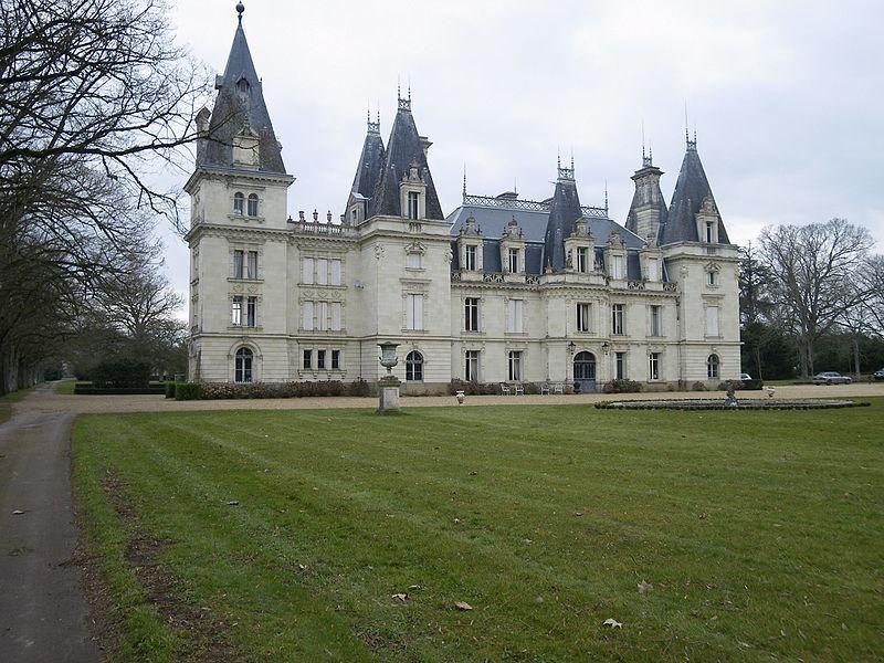 Un superbe chateau a st clement de la place