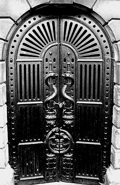 http://upload.wikimedia.org/wikipedia/commons/thumb/7/75/United_Kingdom_-_England_-_London_-_Brompton_Cemetery_-_Snake_Doors.jpg/390px-United_Kingdom_-_England_-_London_-_Brompton_Cemetery_-_Snake_Doors.jpg