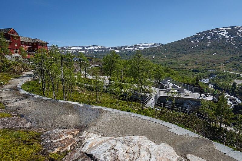 File:Vøringsfossen waterfall tunliweb 4.jpg